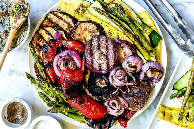 Grilled red onion, bell peppers, asparagus, and zucchinis on white plate